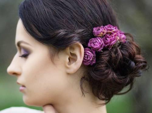 мелкие цветы в волосах